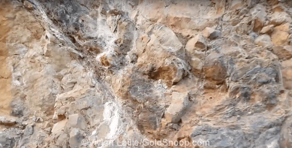 Cours d'orpaillage: Bien observer les couleurs des roches et des pierres, tu devras!