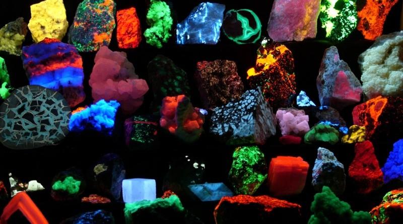 Comment utiliser la fluorescence sous lumière UV pour identifier des roches aurifères?