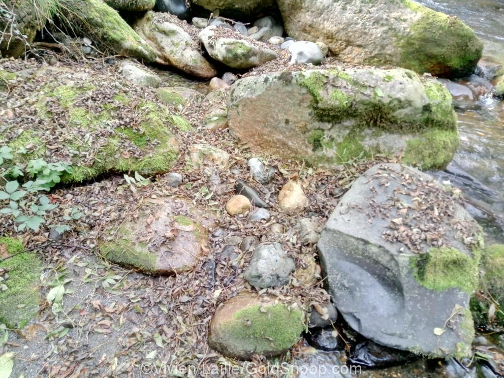 Ariège: des belles paillettes  d'or sous des gros rochers